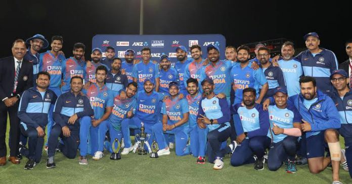5th T20I: Shastri leads applause for Team India (Lead)