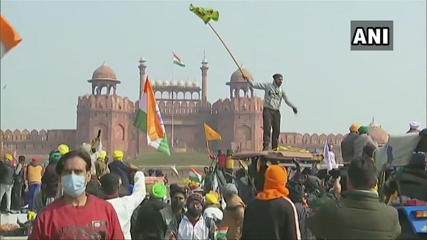 farmers protest, delhi, red fort, flags