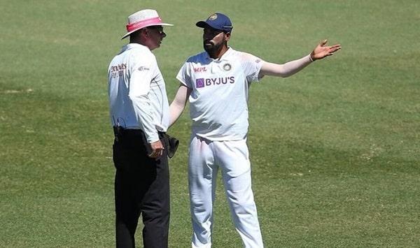 mohammed siraj talking to umpire