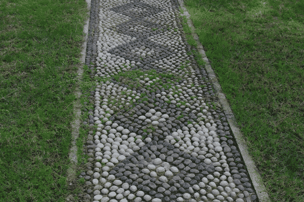 River pebble designs to cover small surfaces in the garden